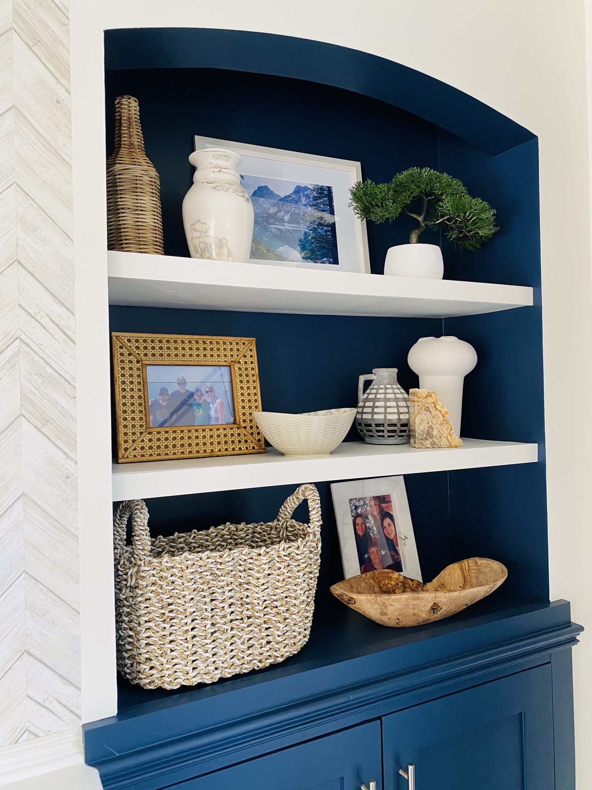 Interior decorator in Chatham Ontario styles shelves in a transitional lakeside retreat in Chatham-Kent